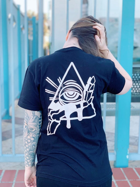 All seeing- psychic circle pocket tee! Unisex art by lolimoog