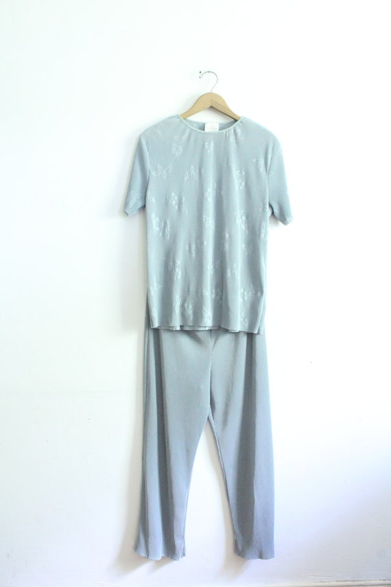 Minimal Silver Pleated 90s Outfit