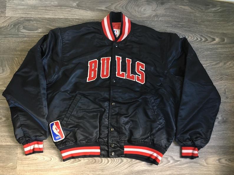 1618a411978460 Vintage CHICAGO BULLS STARTER Jacket 80s Black Satin Quilted