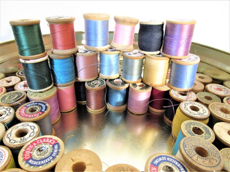 Star Currier and Ives Tin J P Coats Vibrant Thread Colors Clark/'s Lilly 86 Wood Thread Spools in Vintage Sewing Tin Corticelli