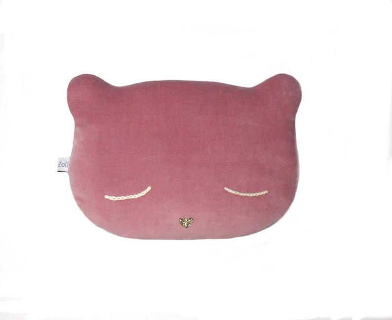 21d226d53f1e0 Coussin Chat rose. Velours doux yeux brodés en coton écru et