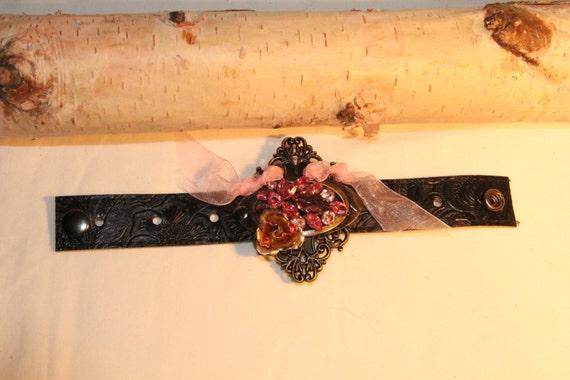 Negro brazalete de cuero con pendientes Vintage rosa en relieve