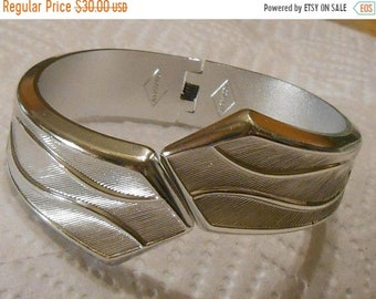 SAVE 75% Vintage SARAH COVENTRY Signed Silver Tone Textured Hinged Clamper Style Oval Shape Bracelet