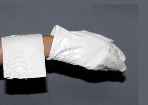 Vintage 1960 Gloves // White Wrist Length Gloves//