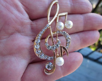 Gift for Her!  MUSICAL Note Gold tone brooch w. fx PEARLS & clear CRYSTALS