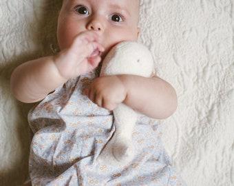 Baby Beluga Rattle Organic cotton - PapoumPapoum