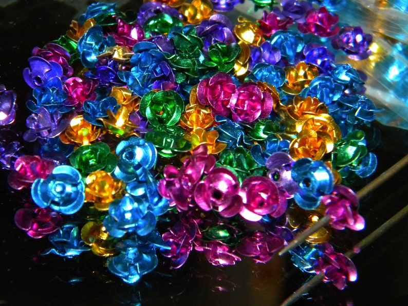NEW 200Pcs Aluminum Bright colored ROSES Flower Beads Caps For Jewelry Making 6mm Flat back Center hole or glue on.