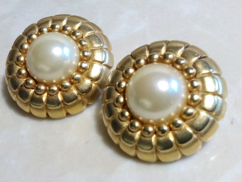 Clip Ons ERWIN PEARL EARRINGS Etched /& Embossed Gold Tone Setting Luminous Costume Pearls Gorgeous Floral Motif! Signed High End Jewels