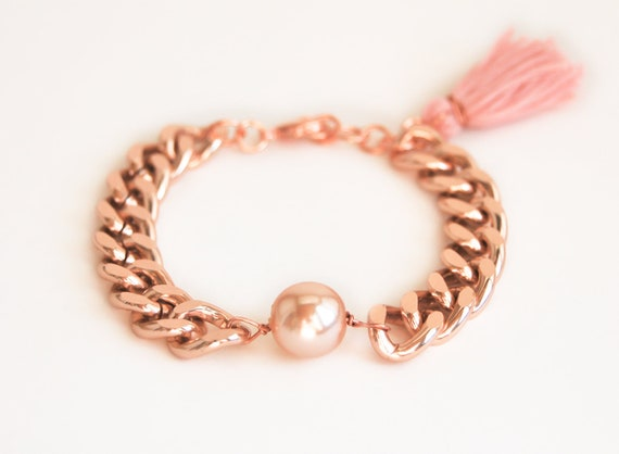 Pearl necklace in pink with tassels in boho hippie style with carabiner clasp gold