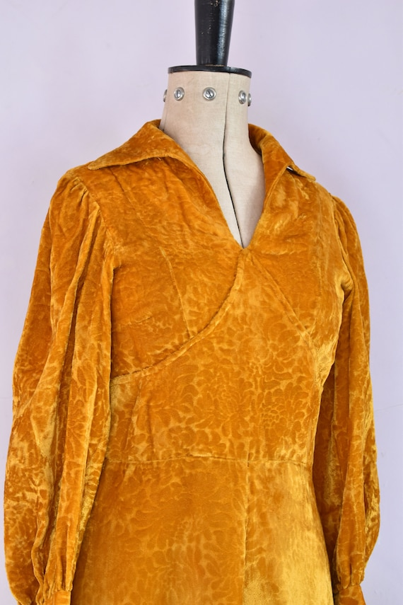 Vintage 1970s Devoré velvet gold mini dress - 70s… - image 6