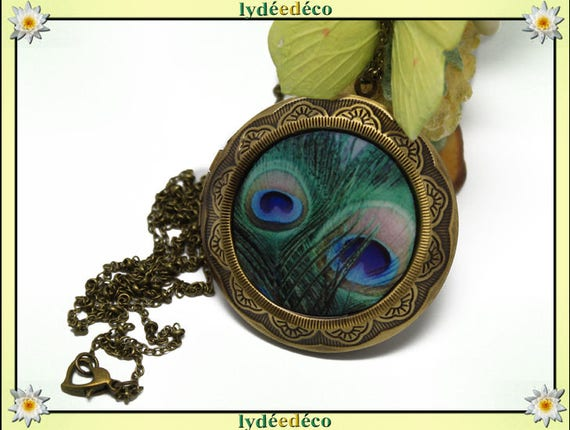 Necklace holder photo retro vintage resin Peacock feather and beige blue green brass Locket 45 mm diameter