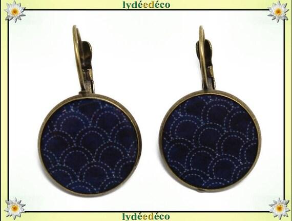Boucles d'oreilles dormeuses rétro vintage motif seigaiha vagues japonaises bleu blanc résine et laiton bronze 2cm