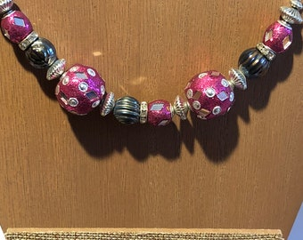 Chunky necklace in pink and gunmetal grey