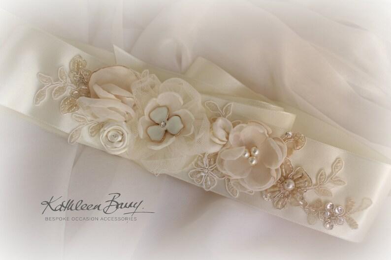 e2d2f6101a27 Abito da sposa fusciacca cintura floreale con pizzo avorio