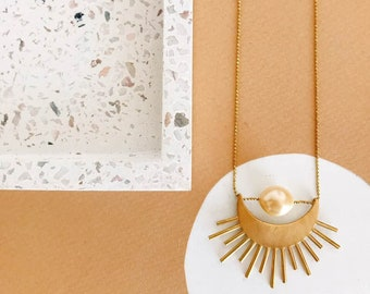Collier sautoir soleil, réalisé enlaiton doré et perle d'eau douce, lune eclispe minimaliste nature bohème français made in france