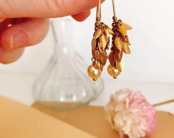 Boucles d'oreilles bohèmes minimalistes, nature, feuilles, réalisées en laiton et perles d'eau douce nacrée made in France