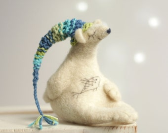 Naald vilten Bear - naald voelde dieren - witte beer met een slaapmutsje - cadeau idee - ijsbeer - Art Doll - wol - handgemaakte - Decor van het huis