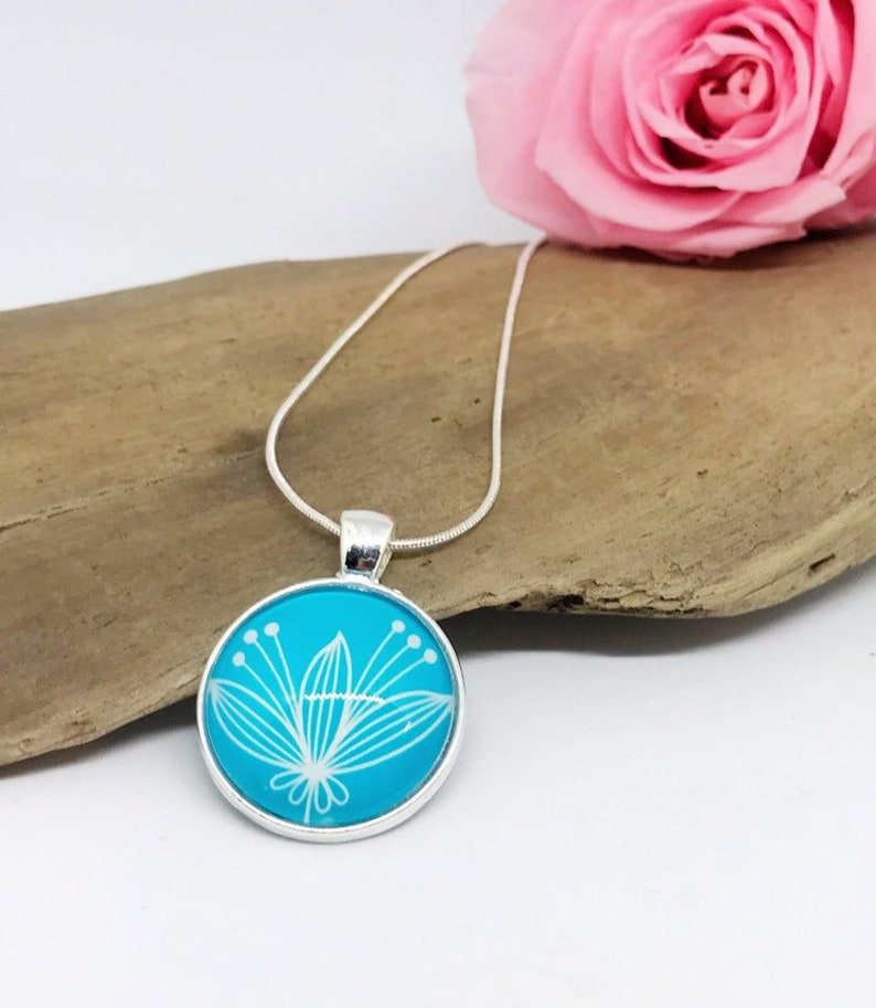 Glass necklace seaweed image 0