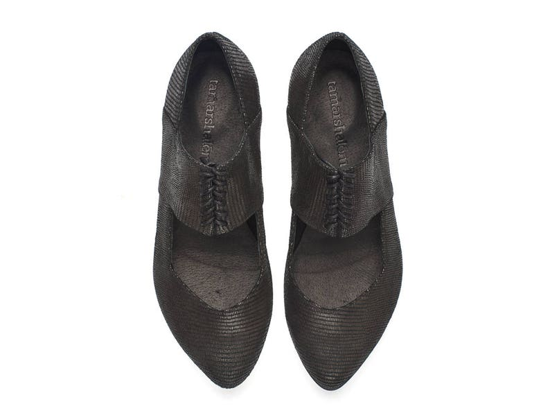 a7f588fb94e81 Black pointy shoes with snake pattern, Vicky shoes