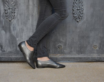 Anodize look pointy leather flats