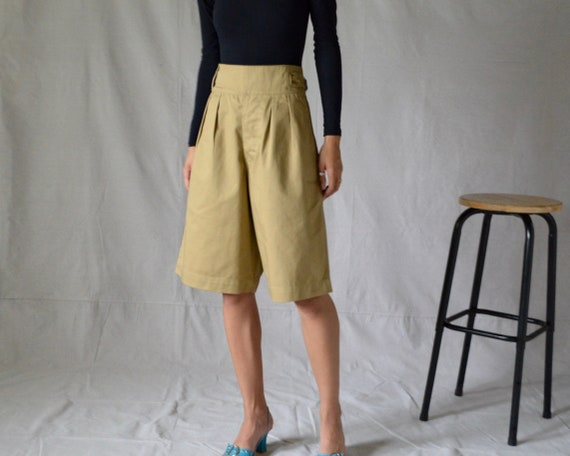 buckle pleated khaki bermuda shorts / long shorts