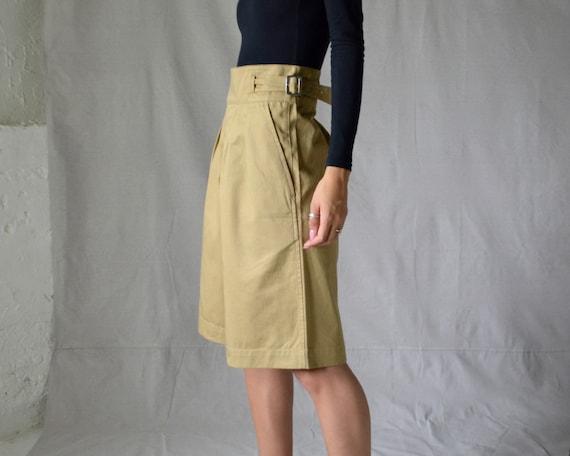 buckle pleated khaki bermuda shorts / long shorts