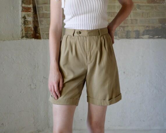 khaki pleat bermuda shorts / high rise