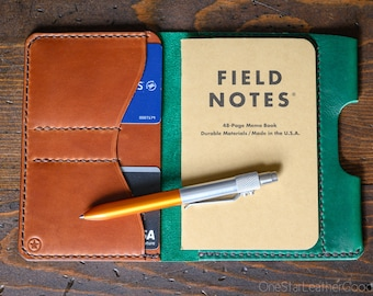 "Field Notes wallet with pen sleeve ""Park Sloper Senior"" Horween Chromexcel leather - green / chestnut / golden thread"