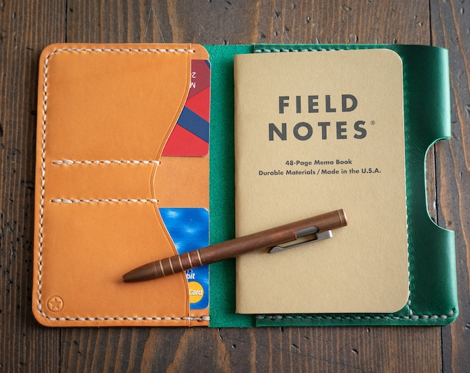 """Field Notes wallet with pen sleeve """"Park Sloper Senior"""" Horween leather - green / tan"""
