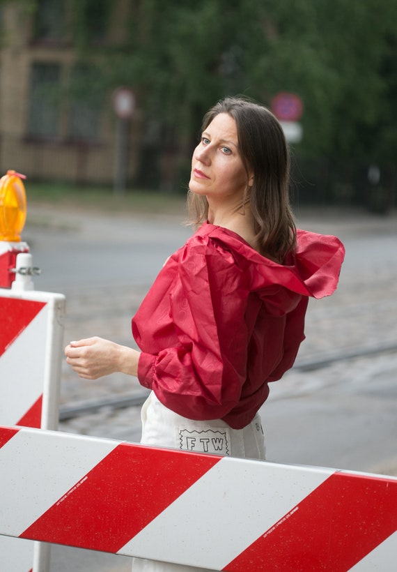 Woman 80s  red blouse/big hoodie style collar  ov… - image 6