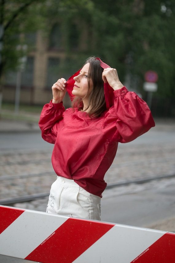 Woman 80s  red blouse/big hoodie style collar  ov… - image 7