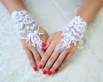 White/ Ivory lace gloves. Bridal gloves. Embroidered floral lace. Wedding gloves. Short gloves. Fishnet gloves.