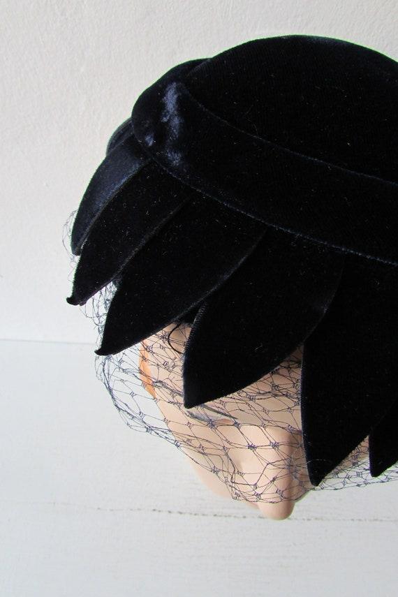 vintage fascinator hat | 1950s navy blue velvet h… - image 9