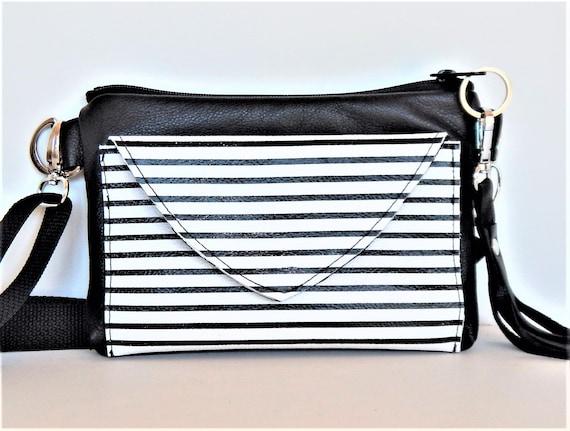 Sac bandoulière en cuir noir avec cuir stripe garniture, convertible sac banane, sac de ceinture. Sac ceinture en cuir convertit en sac à bandoulière.