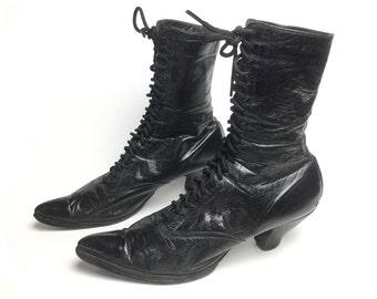 b5ce33a8d3a38 Taille 8 8.5 victorien bottes femmes noir des années 1800 Edwardian Antique  lacets en cuir vintage cheville Steampunk costume chaussures de sorcière  goth ...