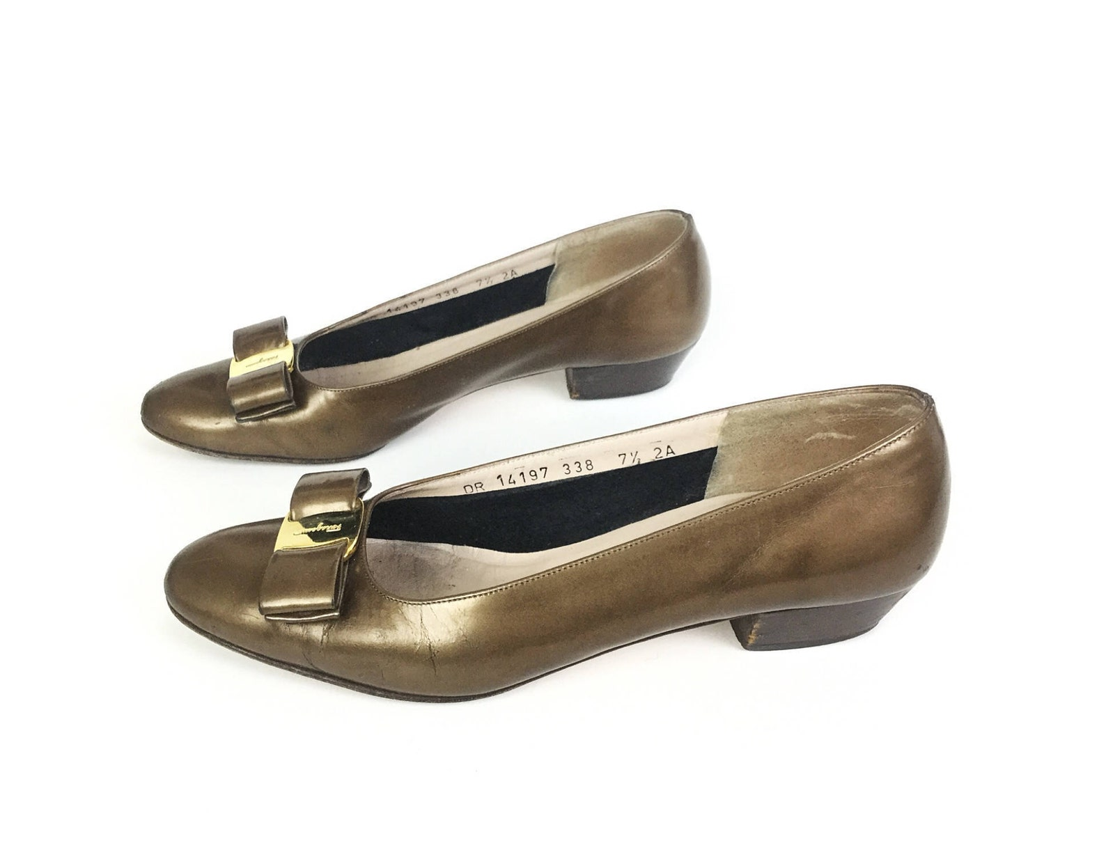 size ferragamo 7.5 shoes pewter gold bronze metallic bow vara vintage 7 low heel pump ballet flat designer