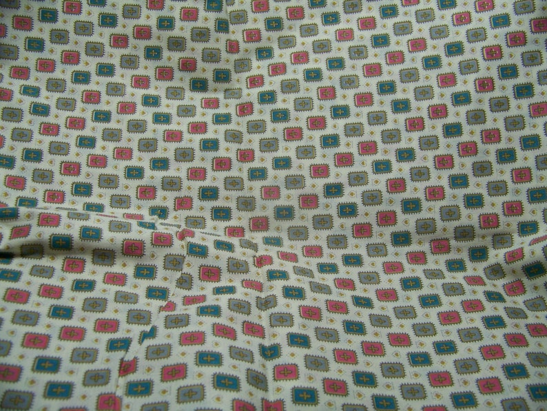 Vintage Early 1940/'s Cotton Fabric MEDALLION CROSSES Quilting Sewing Decorating Aprons Doll Clothes Curtains Totes  Inv10