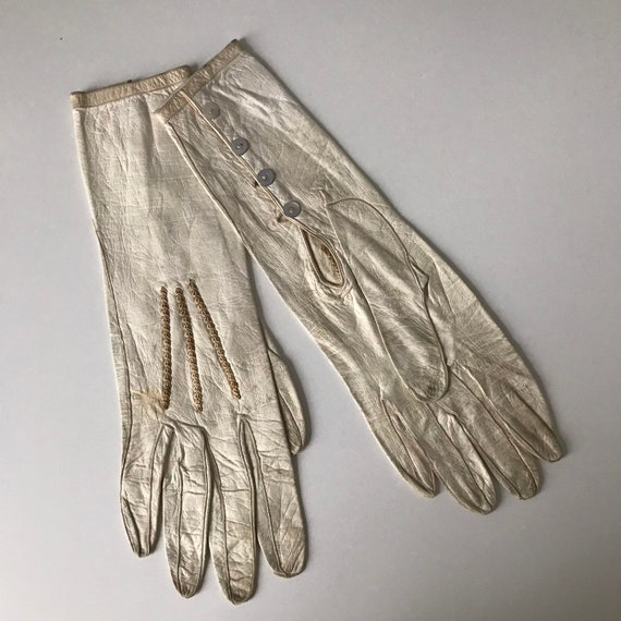 Vintage gloves cream leather gloves morher of pearl buttons beige grey 20s shorties small 5 6 Art Deco small 1910s steampunk