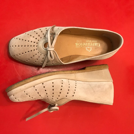 Vintage style shoes, suede shoes, wedgies, cream shoes, wide, leather sandals, pierced leather, pumps 80s does 1940s UK 4 EU 37 US 6