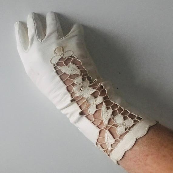 vintage gloves,vintage lace,cream leather gloves,leather palm,vintage lacy gloves,1940s gloves,wedding,bride,size 7,bridal