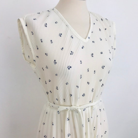 Vintage dress, Mod dress, dirsy print, white dress, knife pleat, flared skirt, nu wave day dress UK 10, stretchy, 1980s, swing monochrome
