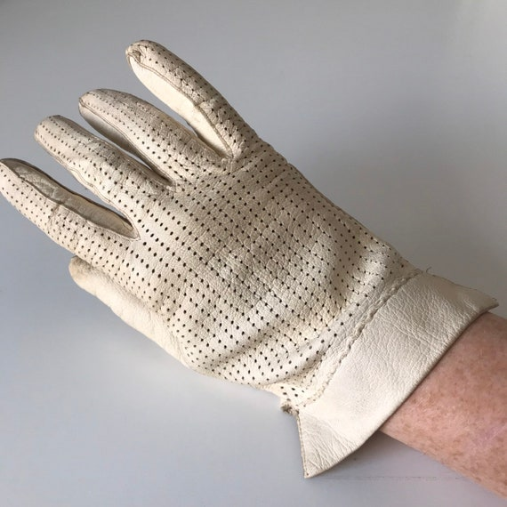 Vintage gloves, cream leather, punched, aertex leathwr, 40s original accessory size 7 7.5 daytime everyday shorties wrist length 1920s 30s,