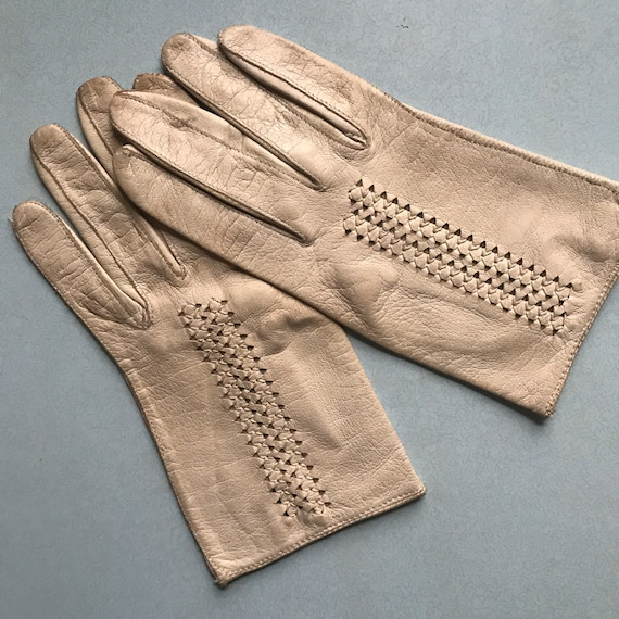1940s cream leather gloves,vintage gloves,punched leather,1930s original accesories,size 5.5,6,fine leather,lacy,30s,off white