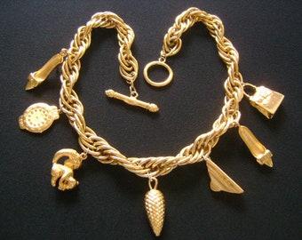 Fabuleux FENDI Italie Fashionista breloques collier boucles pendantes talon  haut chaussures sac à main écureuil horloge pin cône pyramide fermoir doré cf4efe8e567