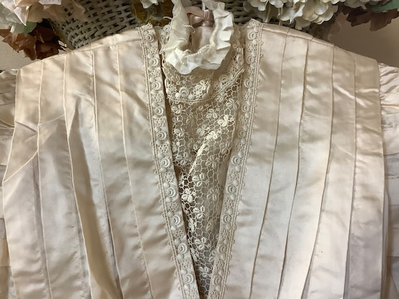 Stunningly gorgeous silk and French lace Victoria… - image 3