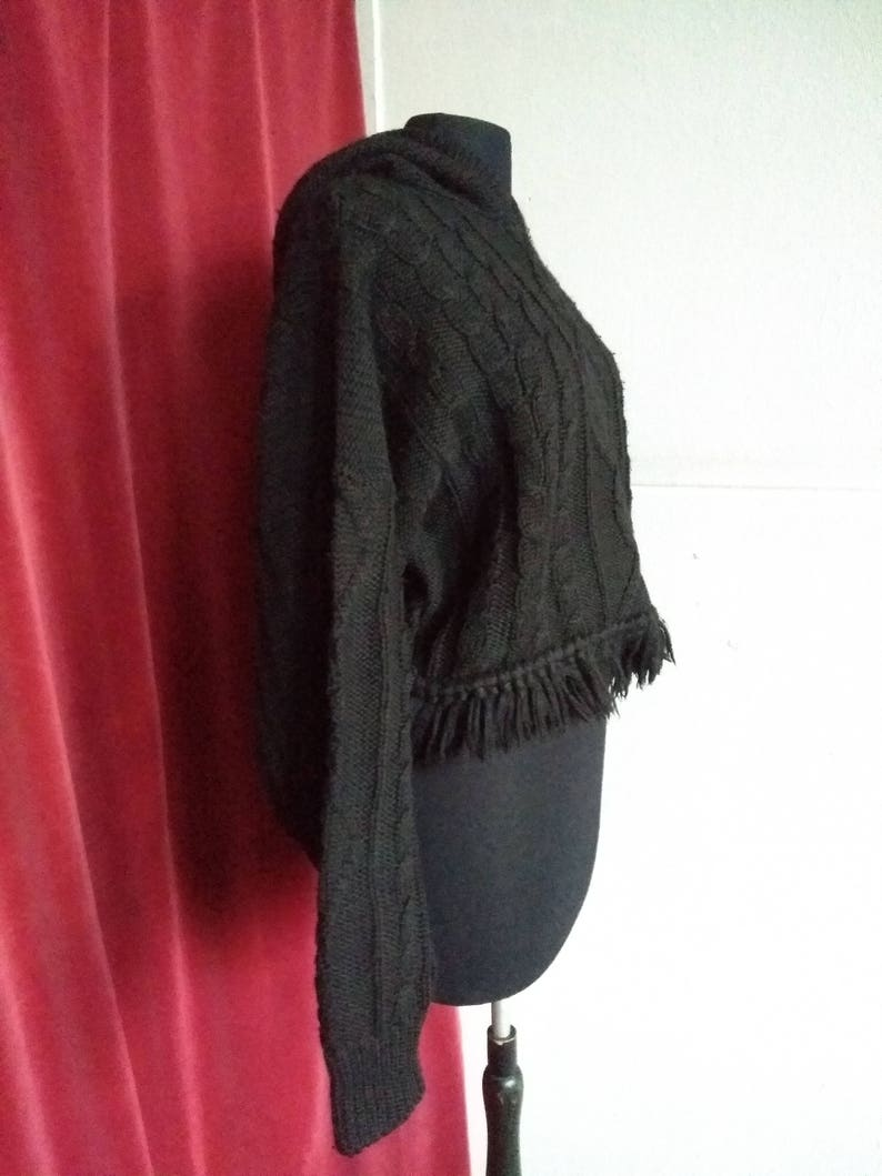 UK 10-12 US 8-10 Vintage 80s Black woollen boxy cropped cable pattern hooded fringed jumper sweater pullover tassled hood Mac/&Maggie EU M
