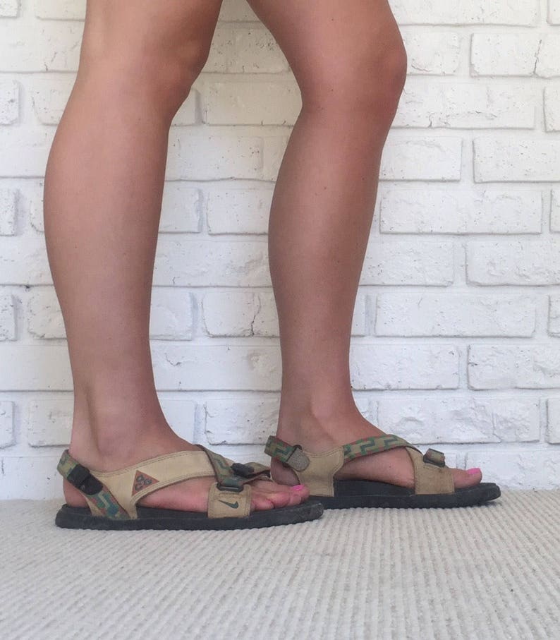 377811a6c98f 90 s Women s Size 9 Nike ACG Sandals