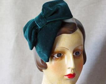 Hütchen Headpiece Samt dunkelgrün grün Tannengrün Schleife Tropfen tropfenförmig Haarschmuck Fascinator Minihut Hütchen Kopfschmuck elegant