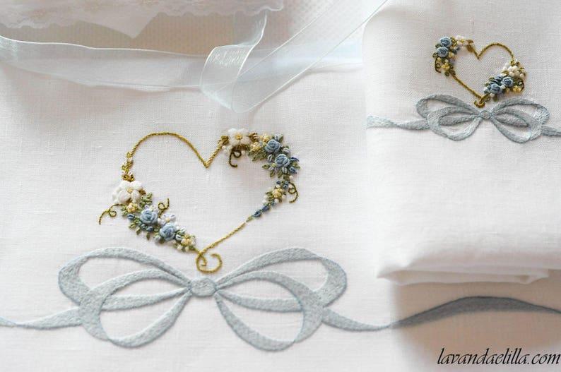 lenzuolino con fiocco e cuore fiorito image 0