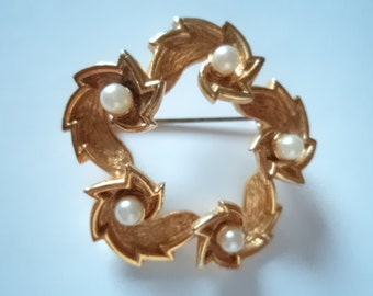 Vintage Fabulous  Pretty Goldtone 1980's Faux Pearl Wrapover Brooch/Pin